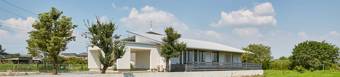 WEB建築サイトhomifyに「川原の家」が掲載されました 記事:広いウッドテラスのある田畑に建つ家